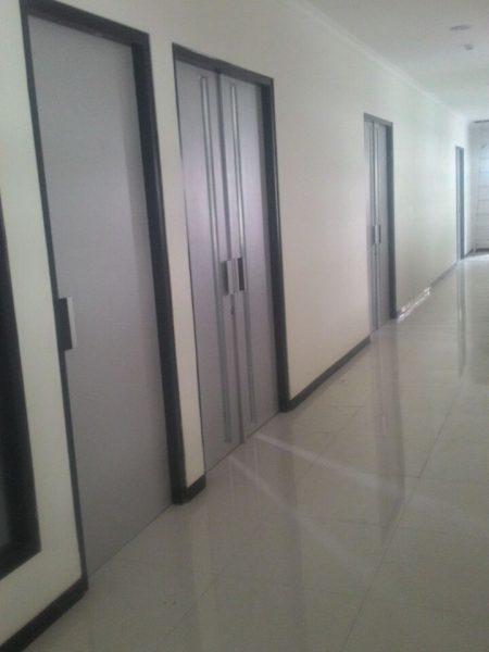 Pengerjaan Pintu Lipat, Kusen Alumunium, Jendela, dan Pintu di RS Semen Gresik